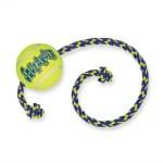 Kong air squeaker ball met touw geel/blauw (52X6,5X6,5 CM)